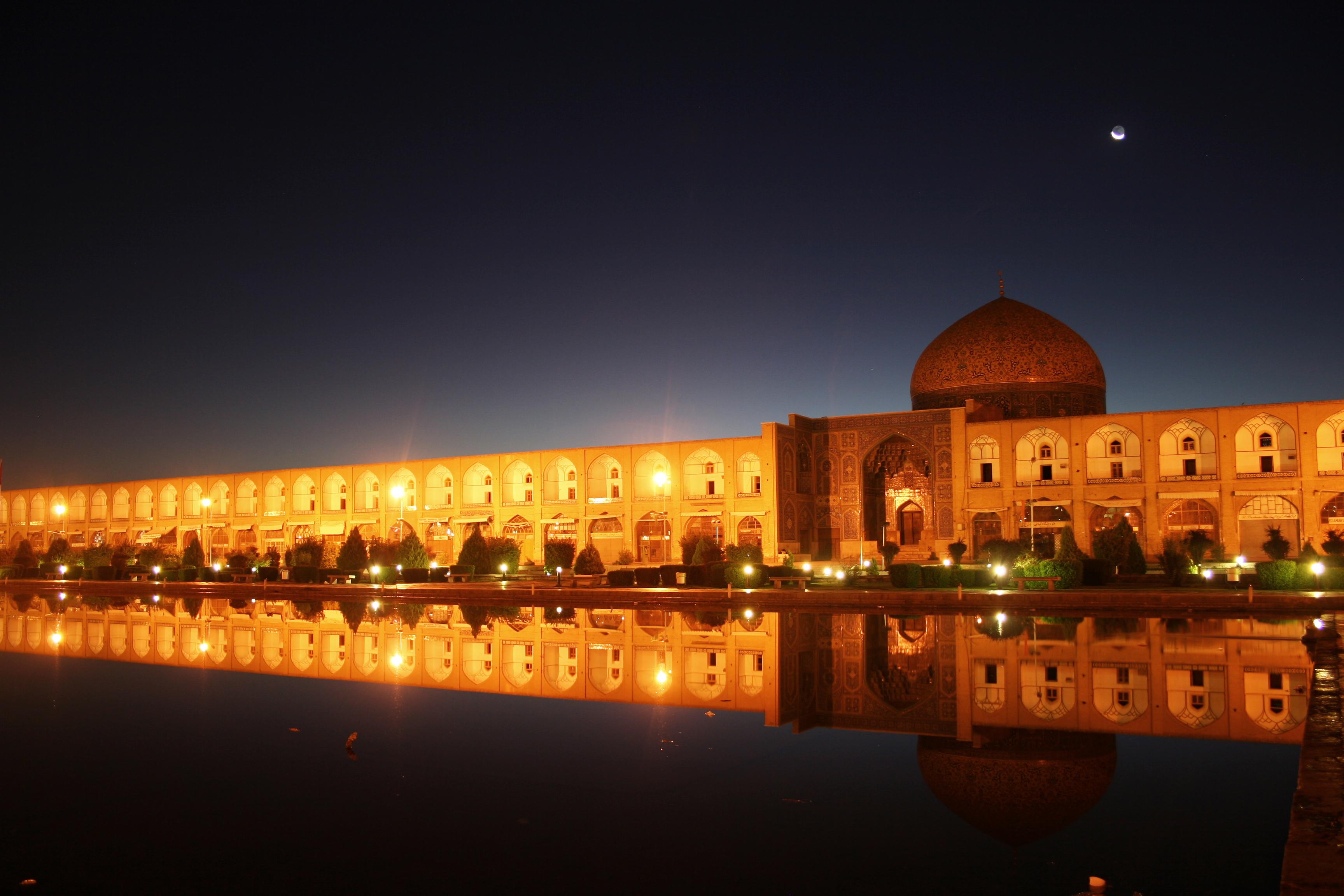 Naqsh-e_Jahan_Square_at_Night